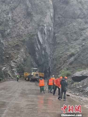 宁夏石嘴山暴雨致山体塌方 目前道路已恢复正常通行