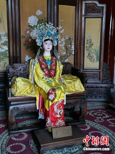 北京大观园中,贾元春塑像依旧端坐。中新网记者 宋宇晟 摄