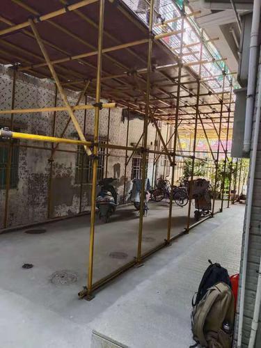 房屋装修占道施工未围挡 八龄童铁架上吊单杠摔断手