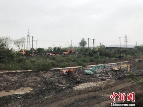 图为铁路部门正在抢修塌陷线路