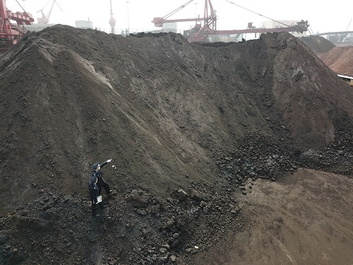 """珠海截獲2.7萬噸偽報成鐵礦石的""""洋垃圾"""",這是拱北海關查獲的固體廢物(3月24日攝)。 新華社發"""