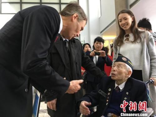 4月22日,温哥华市长罗品信(Gregor Robertson)在就歧视华人历史向华人道歉的市议会特别会议结束后,与出席会议的95岁华裔退伍老兵李文英交谈。 余瑞冬 摄