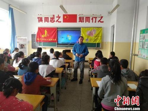 资料图:乡村小学留守儿童在上课。 郑慧晴 摄