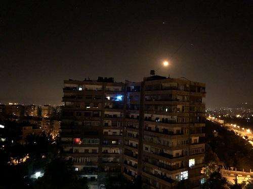 这是5月10日在叙利亚首都大马士革拍摄的疑似防空导弹。据叙利亚国家电视台10日报道,叙利亚防空系统当天持续拦截并击落了以色列射向叙境内的数十枚导弹。新华社发