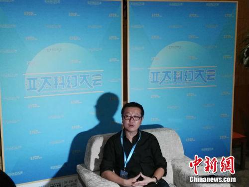 刘慈欣接受记者采访。中新网记者 宋宇晟 摄