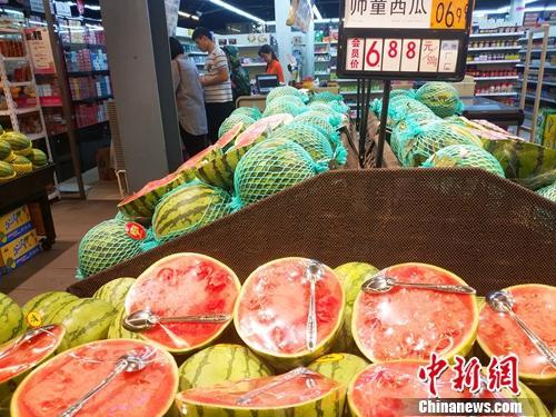 居民在超市里购物。中新网记者 李金磊 摄