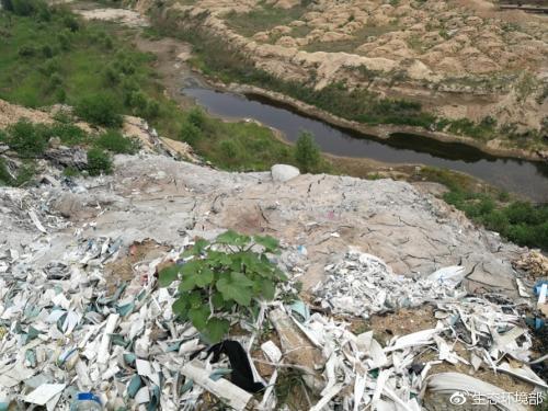 大沙河定州段因偷排废水在河道内形成污水坑。 图片来源:生态环境部网站