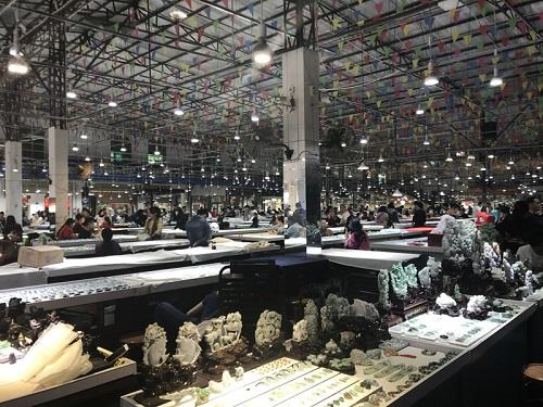 位于瑞丽姐告边贸区的翡翠市场,出售各种翡翠饰品、毛料、赌石等,每天吸引大批人潮。(新加坡《联合早报》)