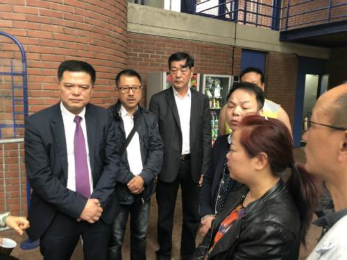 任俐敏(左1)等与参加庭审的张朝林家属(右2)交谈。(图片来源:法国《欧洲时报》记者孔帆 摄)