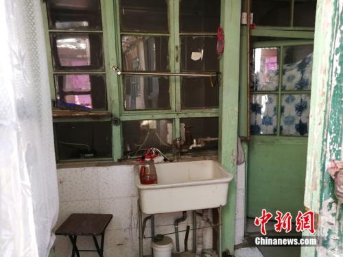 进门后只有一个简易洗手池,水龙头已经生锈。中新网记者 邱宇 摄