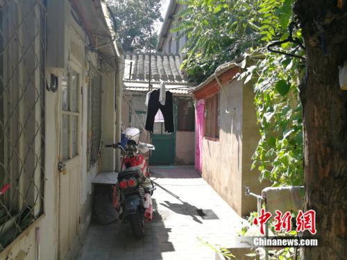 一米多宽的狭小过道里用绳子晾着衣裤。中新网记者 邱宇 摄