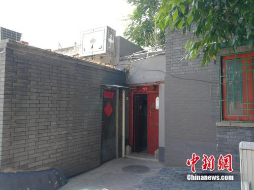 房子在西长安街以南的铜井胡同里,红门为小院的外门。中新网记者 邱宇 摄