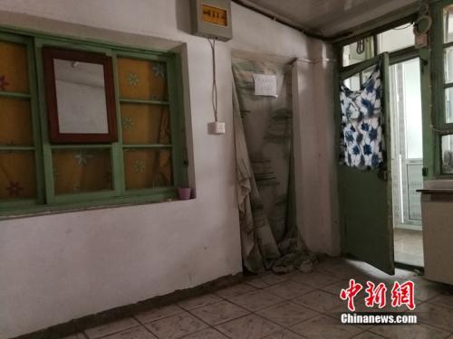 房屋里还有一扇挂着门帘的小门,通向另一个房间。中新网记者 邱宇 摄