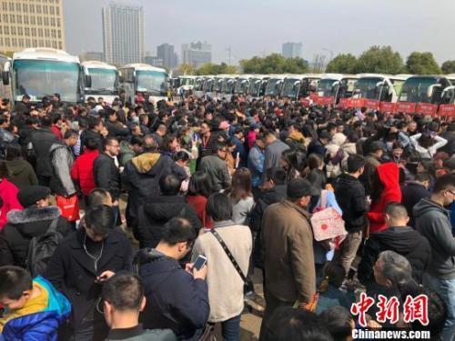"""资料图:69辆""""春季看房团""""大巴载着南京及周边城市3300多人分线路开赴64家楼盘。 朱晓颖 摄"""