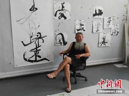 邵岩在画室接受记者采访。中新网记者宋宇晟 摄