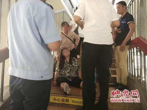 一名孕妇在候车厅中暑晕倒