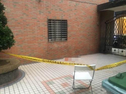 20岁陈姓服兵役男子从住处9楼坠落,台湾警方在现场拉起封锁线。台湾《中时电子报》记者谭宇哲翻摄