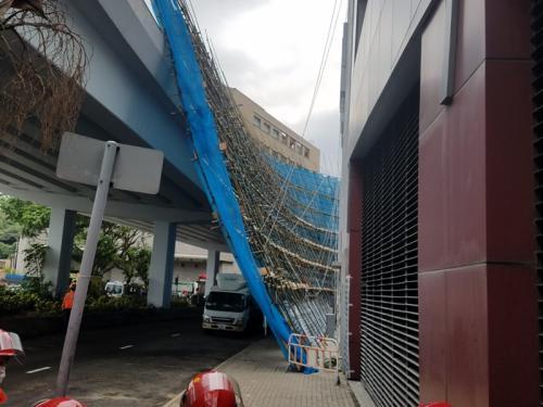 香港一大厦棚架倒塌 1名工人坠地受伤400余人疏散