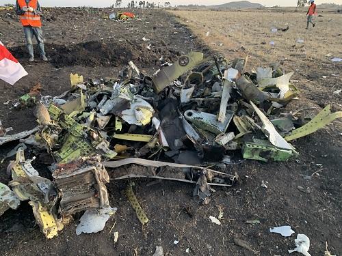 3月10日,在埃塞俄比亚首都亚的斯亚贝巴附近,救援人员在坠机现场清理飞机残骸。新华社记者 王守宝 摄