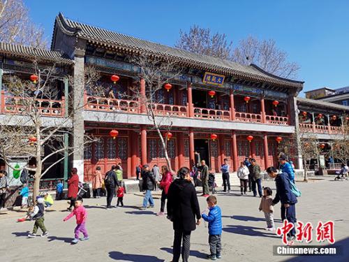 """红楼文化艺术博物馆内的广场成了孩子们的""""游乐场""""。中新网记者 宋宇晟 摄"""
