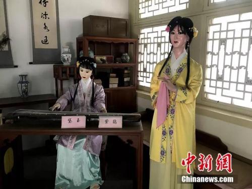 资料图:北京大观园中抚琴的黛玉和紫鹃。中新网记者 王珊珊 摄