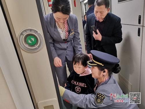 清明小长假 Z134次列车长为小朋友宣讲乘车安全