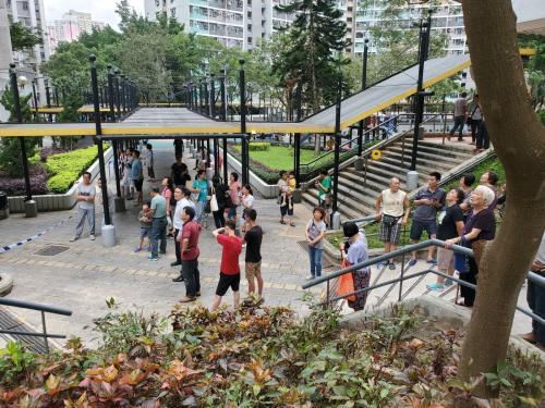 火警附近住客疏散。图片来源:香港《星岛日报》/林思明 摄