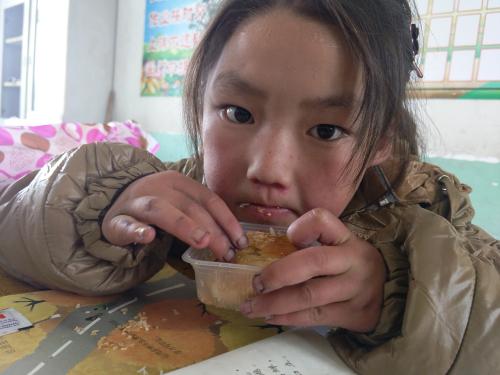 六盘山上的娃吃到月饼:这里已经入冬