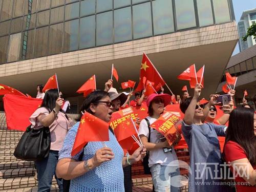 一片旗海!数百香港市民在尖沙咀歌唱祖国