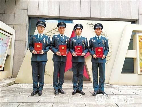 马骏、颜世超、宋子轩、黄华涛在九二三医院留影。记者 叶祯 摄