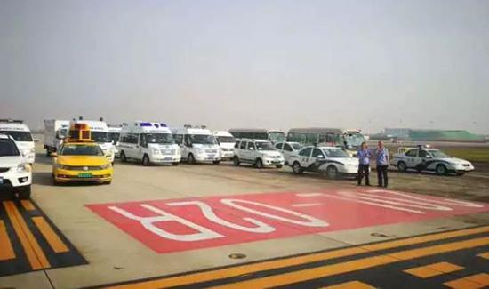机场上的救援人员。图片来源:重庆三两事