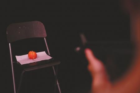 水弹枪的威力进行实物测试,一米外的苹果被打得稀烂。本文图片均来自华西都市报