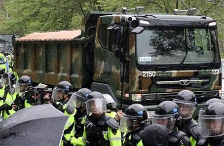 """韩国军方卡车进入""""萨德""""基地。(图片来源:韩联社)"""
