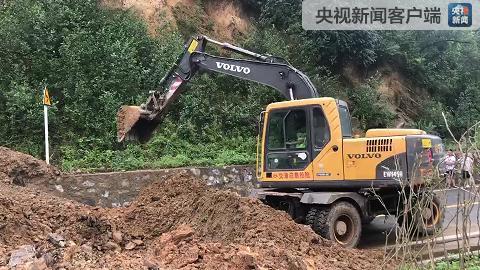 暴雨导致G244国道发生塌方 抢修进行中