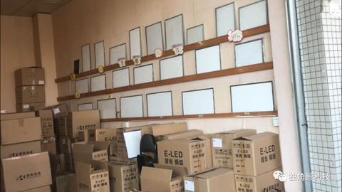 ▲大石村内,电视机各部位元器件应有尽有,图为液晶屏背光板