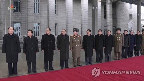 朝鲜中央电视台画面:在火车站迎候的朝鲜干部
