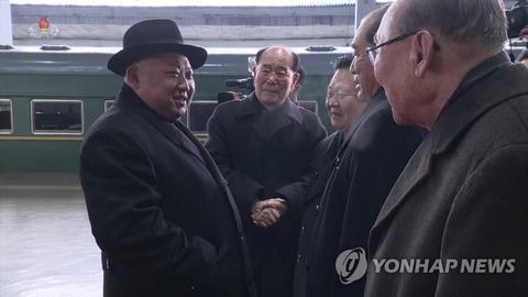 朝鲜中央电视台画面:金正恩结束访华抵达平壤,与干部握手。