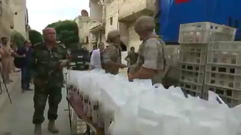 叙利亚,俄罗斯军方向阿勒颇地区的居民运送数吨人道主义援助物资。