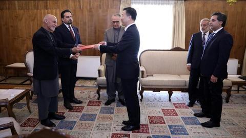 我国新任驻阿富汗大使王愚向阿富汗总统递交国书