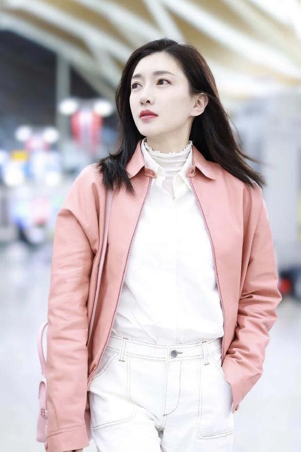 """江疏影""""女神""""范十足,粉丝外套搭配白色休闲裤走机场,美丽动人"""