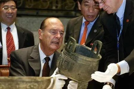 ▲希推克正认真察看一件青铜器。他大概是继戴下乐以后唯一一名实正酷爱中国传统文明的法国总统。 |材料照片