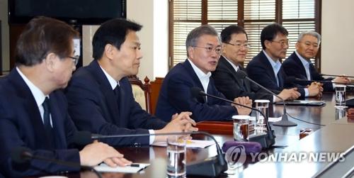 3月21日,文在寅主持召开韩朝首脑会谈筹备委员会第二次会议