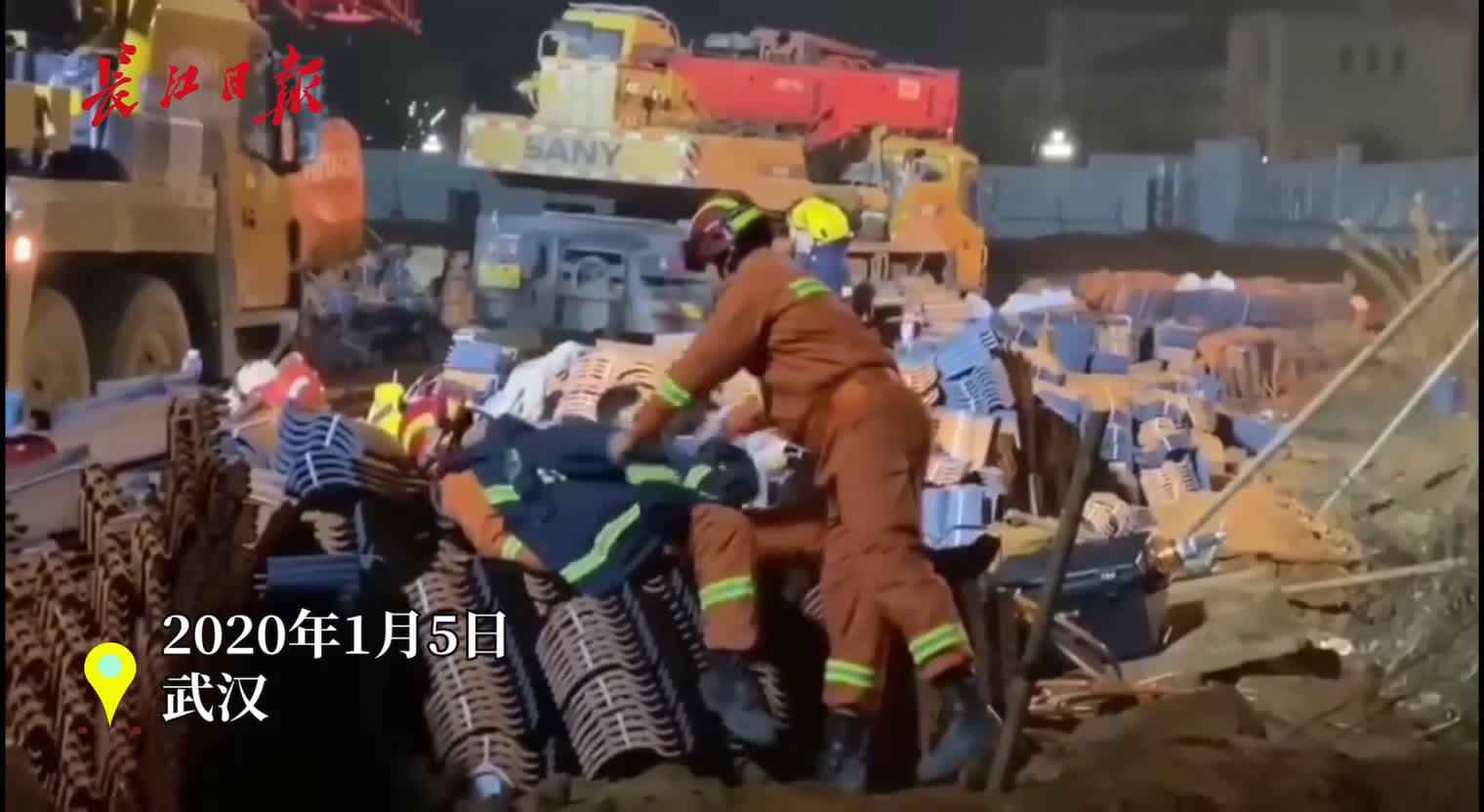 12个小时救援后,年轻的消防员脱下衣服给熟睡的战友盖上