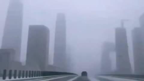 昨天的北京东三环。一副电影流浪地球的场景。悲怆而雄浑荒芜壮观