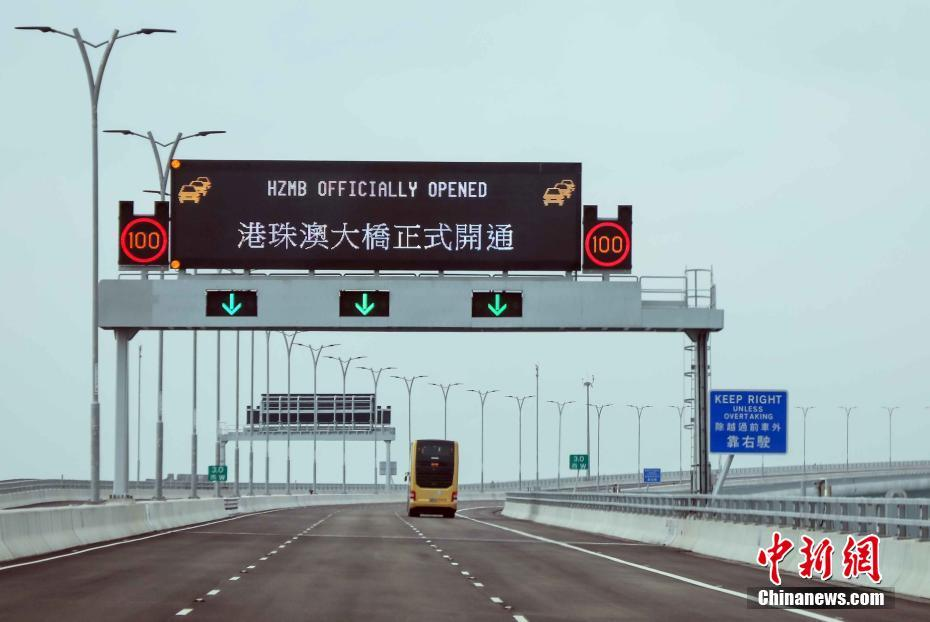 在中华人民共和国境内的铁路营业线上的驾驶人员应当