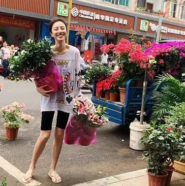 刘翔前妻葛天近照瘦成纸片人,穿人字拖逛菜市超接地气