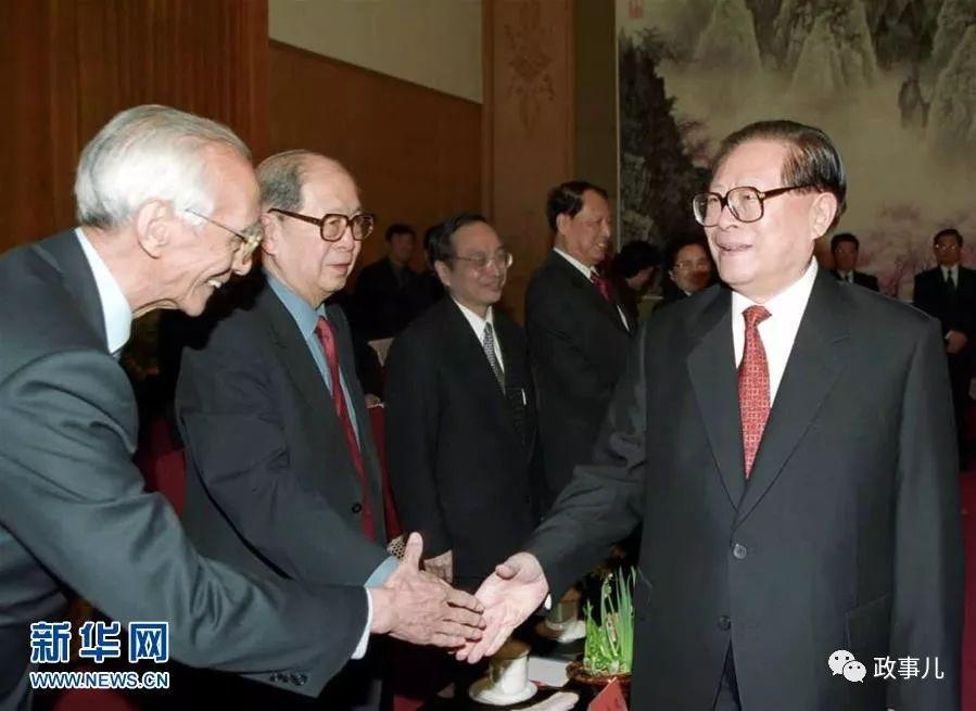 资料图:2002年2月8日,中共中央在北京中南海举行党外人士迎春座谈会。江泽民同志与孙孚凌同志(左二)在一起。