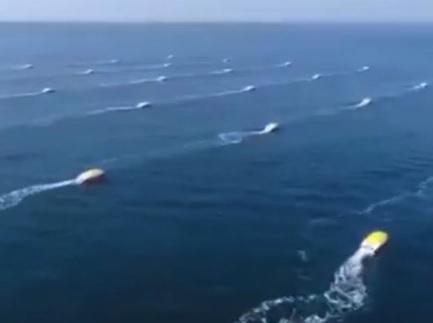云洲公司正在进行测试的小型无人舰艇集群(英国《独立报》网站)