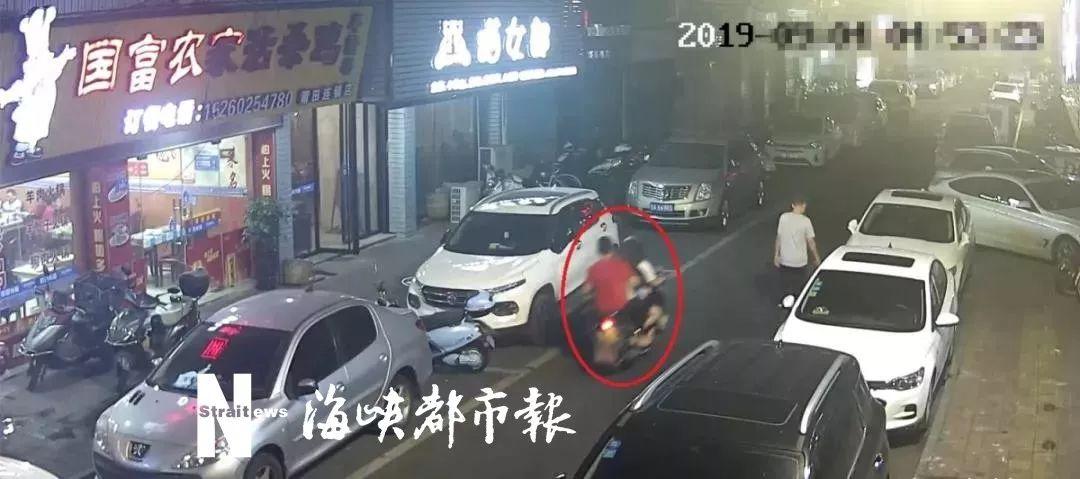 嫌疑人将小芳抱上摩托车,并带至宾馆将其强奸