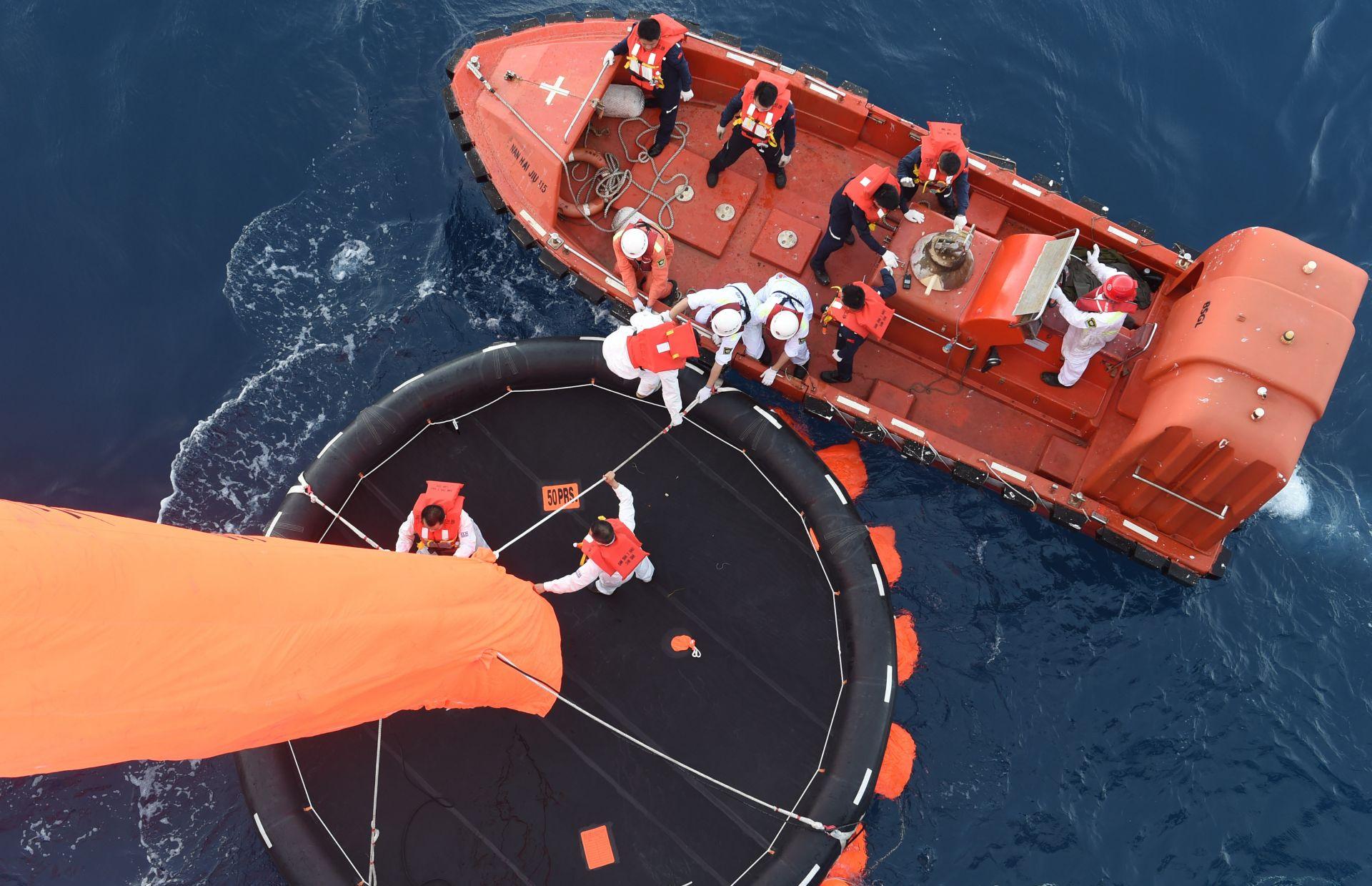中国在南海进行搜救演练。